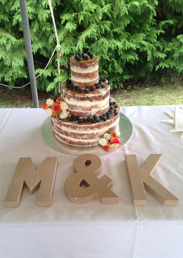 naked_wedding_cake_presented